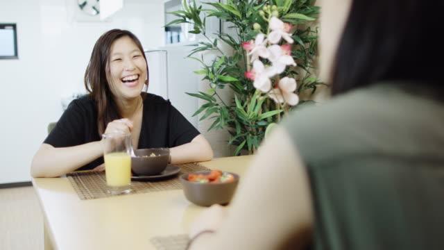 カップル一緒に朝食を食べる - 朝食点の映像素材/bロール