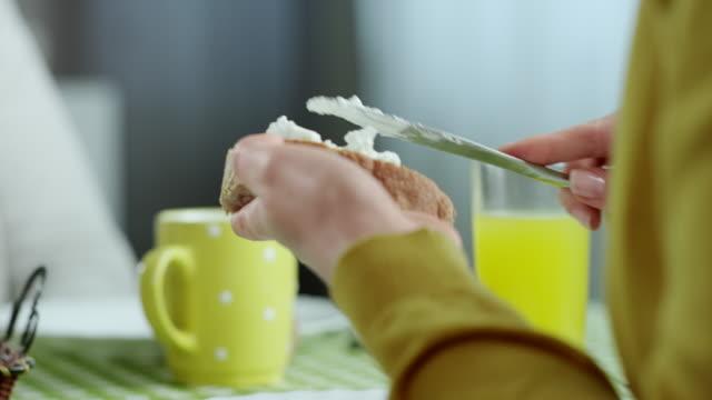 Coppia di mangiare la prima colazione