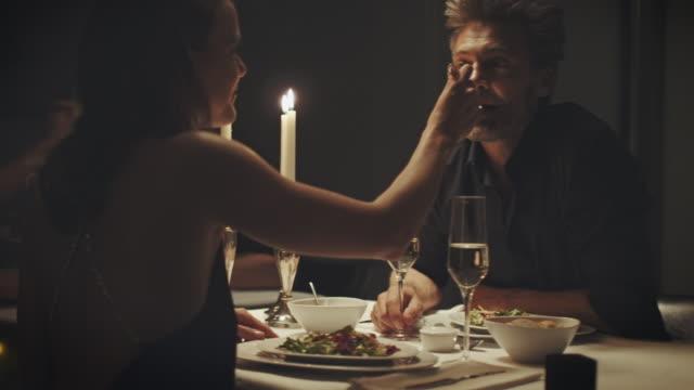 Paar eten diner