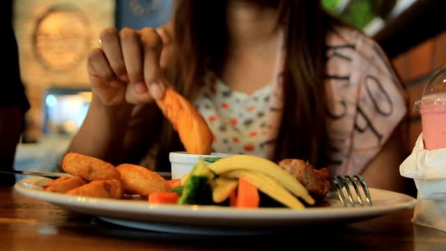 couple eating fast food in a restaurant - diskbänk bildbanksvideor och videomaterial från bakom kulisserna