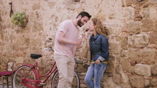 vídeos y material grabado en eventos de stock de couple eating ice cream on holiday - toscana