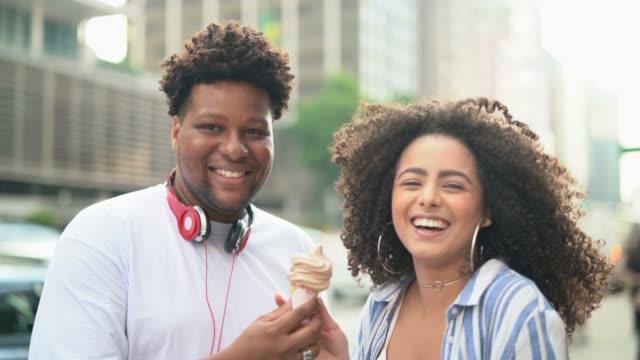vídeos de stock, filmes e b-roll de casal a comer um gelado ao ar livre - retrato - sorvete
