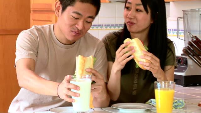 couple eating lunch - 食べ物 サンドイッチ点の映像素材/bロール