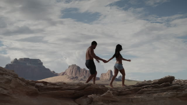 ws ds couple embracing near lake powell / utah, usa - lago powell video stock e b–roll