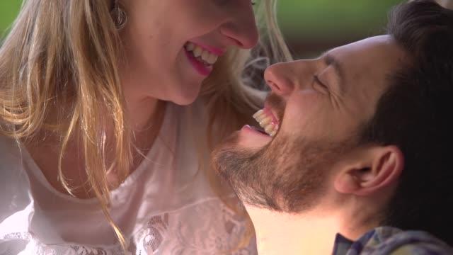 paar genießen ihre liebe, während sie in einer hängematte liegen - terrasse grundstück stock-videos und b-roll-filmmaterial