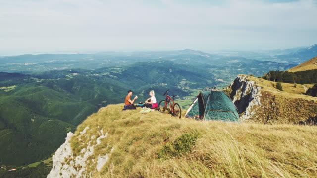 vidéos et rushes de couples de ws appréciant une tasse de café dans la nature - enjoyment