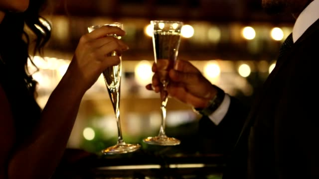 coppia che si gode lo champagne - bar video stock e b–roll