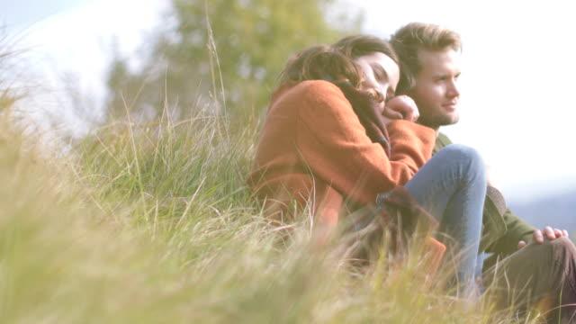 vídeos y material grabado en eventos de stock de couple enjoying countryside view - barba de tres días