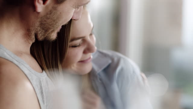 stockvideo's en b-roll-footage met geniet 's morgens samen (echt) paar - love emotion