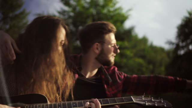 vidéos et rushes de musique bénéficiant de couple - instrument de musique