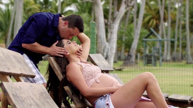 vídeos de stock, filmes e b-roll de pares que apreciam a praia tropical - cuidado com o corpo