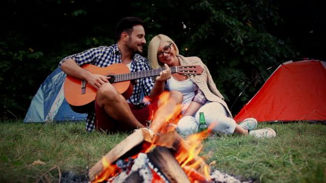 Paar genießt ihr Datum auf dem Campingplatz