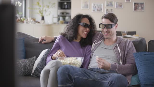 Paar genieten van kijken TV in 3D