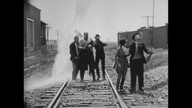 1922 Couple (Buster Keaton and Virginia Fox) escape pursuers by catching train
