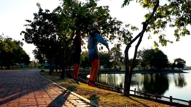 exercice de couple dans le parc public