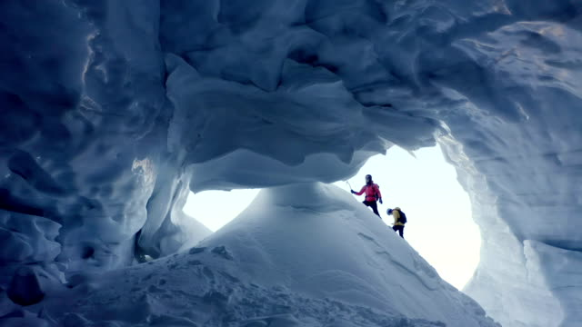 ehepaar erkundet eishöhle - exploration stock-videos und b-roll-filmmaterial