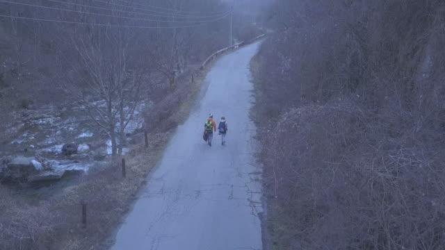 vidéos et rushes de couples explorant la campagne - deux personnes