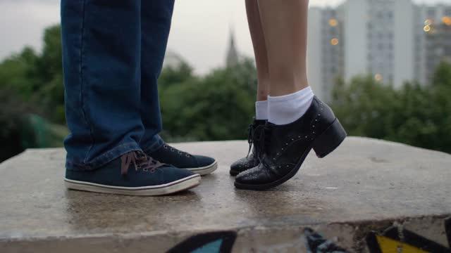 couple feet in an urban location - schuhwerk stock-videos und b-roll-filmmaterial