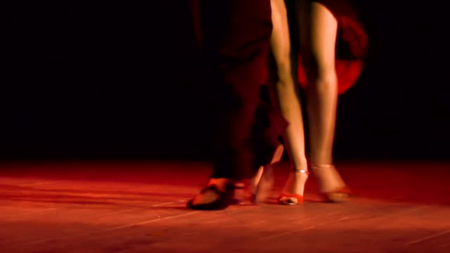 stockvideo's en b-roll-footage met couple feet perform tango - schoen