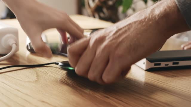 vidéos et rushes de ms couples se battant pour un téléphone - batterie