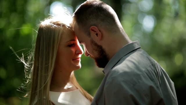 Gros plan du Couple A FLIRTER dans la forêt en journée ensoleillée