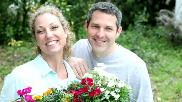 Paar tuinieren, met lade van bloemen te planten