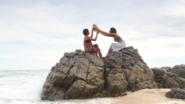vídeos de stock, filmes e b-roll de casal menina desfrutar e relaxar na praia - brincadeira de pegar