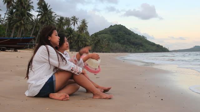 vídeos de stock, filmes e b-roll de garota do casal olhando para o mar, antes do pôr do sol - sentando