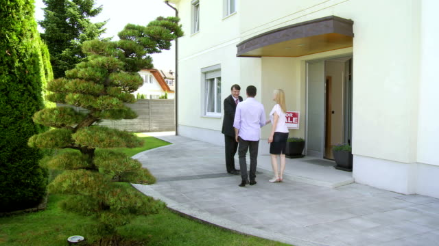 stockvideo's en b-roll-footage met hd crane: couple going to open house - tonen