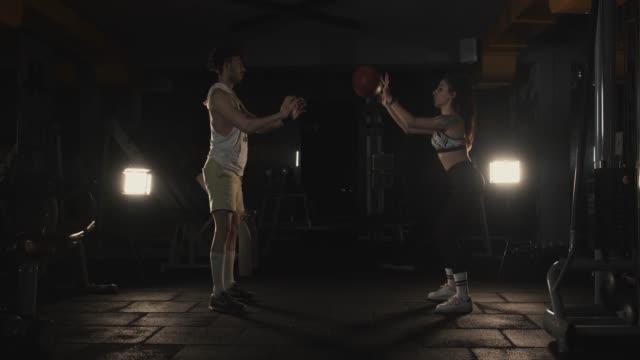 vidéos et rushes de gym de couples formation - entraînement cardiovasculaire