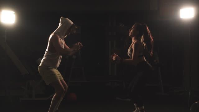 vidéos et rushes de gym de couples formation - entraînement croisé