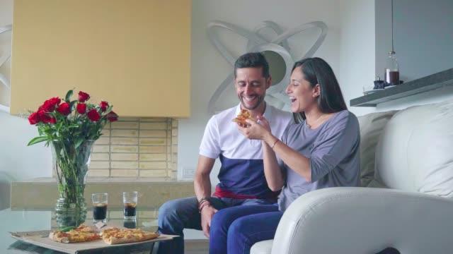 paar hat spaß beim essen pizza - lateinische schrift stock-videos und b-roll-filmmaterial