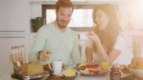 vídeos y material grabado en eventos de stock de par tener comida - desayuno
