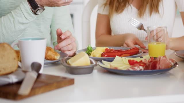 vidéos et rushes de couple ayant un repas - cheese