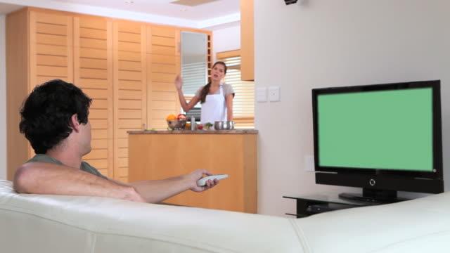 couple having a quarrel - kommunikationsproblem bildbanksvideor och videomaterial från bakom kulisserna