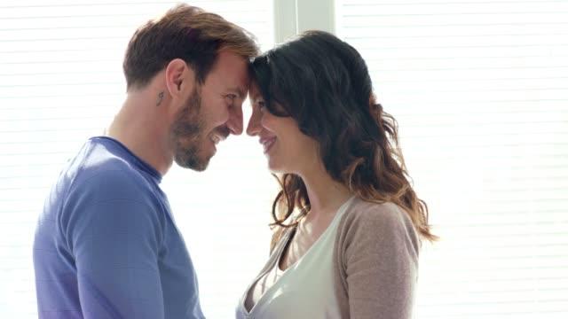 vídeos de stock, filmes e b-roll de casal tendo um momento romântico enquanto está cara a cara e relaxando - encarando