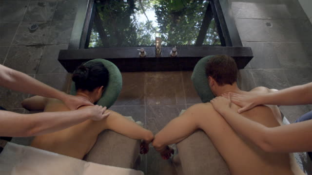 vidéos et rushes de ha, ms, couple having back massage next to spa bath, mossman, queensland, australia - massage room