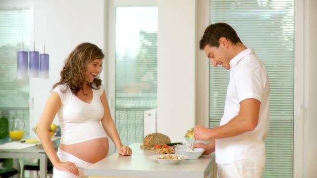 hd: coppia durante la prima colazione - preparazione al parto video stock e b–roll