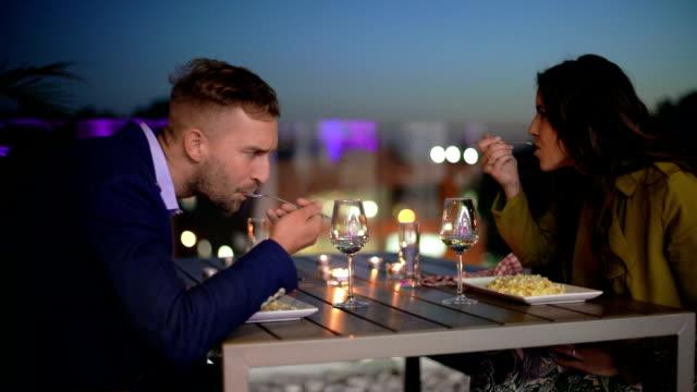 カップルが、屋外でのディナー - お食事デート点の映像素材/bロール