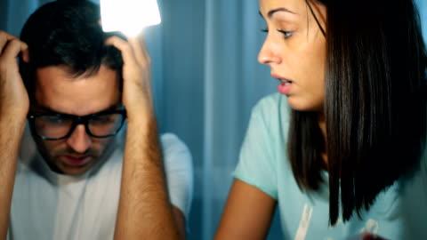 vídeos de stock e filmes b-roll de couple having financial problems - falência