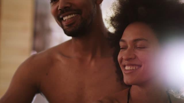 vidéos et rushes de couple, avoir du plaisir au spa santé - maillot de bain