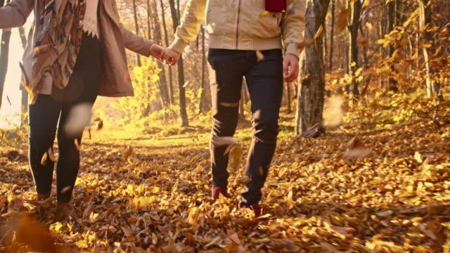 SLO MO paar Spaß beim Laufen im Herbst Wald