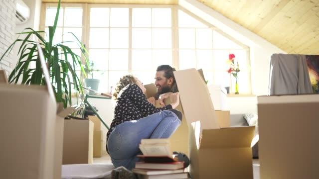 vídeos y material grabado en eventos de stock de pareja divirtiéndose desempacando en el nuevo hogar - reforma