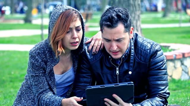 vídeos de stock, filmes e b-roll de hd: casal se divertindo com tablet - olhos verdes