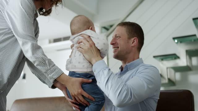 paare, die spaß mit ihrem baby girl - junge familie stock-videos und b-roll-filmmaterial