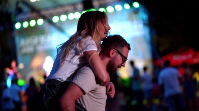 vidéos et rushes de couple ayant de bons moments sur le concert de musique - festival de musique