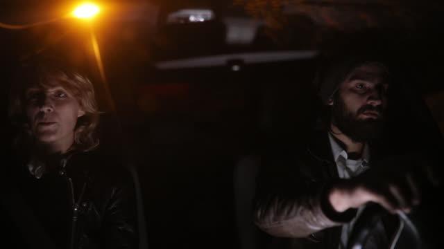 車の中で人間関係の問題を持っているカップル - 恐怖点の映像素材/bロール