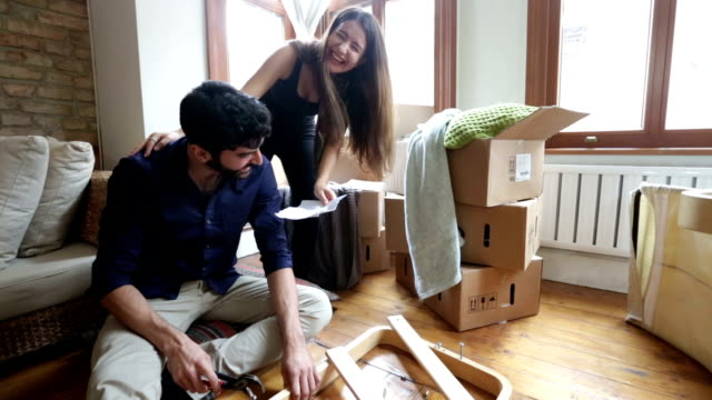 stockvideo's en b-roll-footage met couple helping while moving home - jong koppel