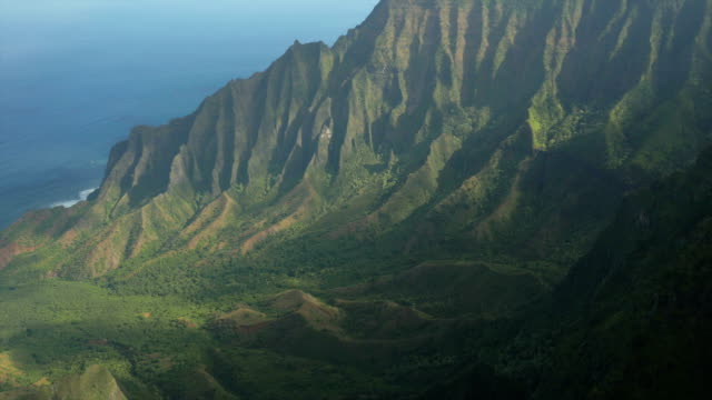 couple hiking in hawaii's na pali coast - na pali coast state park stock videos & royalty-free footage