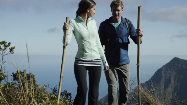 paar beim wandern auf hawaii die na-pali-küste - insel kauai stock-videos und b-roll-filmmaterial